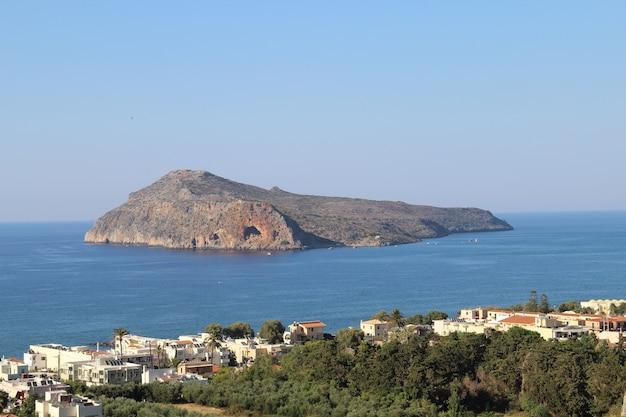Bela vista da vila de platanias em creta, grécia, cheia de árvores e prédios perto da costa
