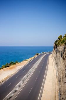 Bela vista das árvores e da estrada que se estende ao longo do mar mediterrâneo. seascape