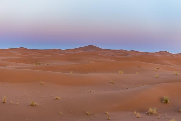 Bela vista das dunas de areia no deserto do saara, marrocos