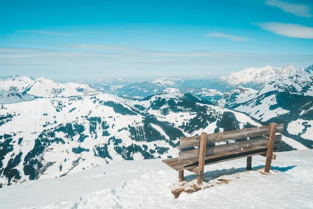 Bela vista das montanhas cobertas de neve na região de esqui de saalbach hinterglemm, na áustria