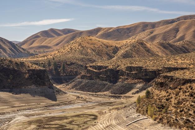 Bela vista das montanhas do deserto cobertas de arbustos secos com um céu azul