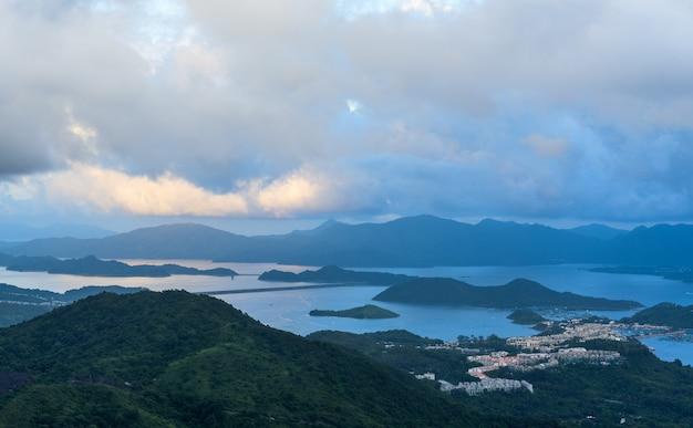 Bela vista das montanhas e um lago