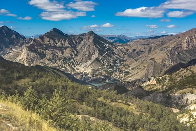 Bela vista das montanhas e vale verde