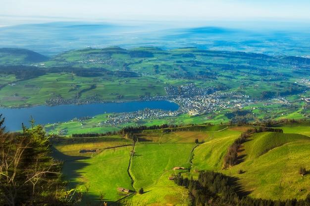 Bela vista das montanhas rigi no lago lucern e vila brunnen