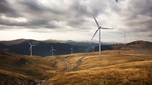 Bela vista das turbinas eólicas em uma paisagem nublada. gerador de energia do vento