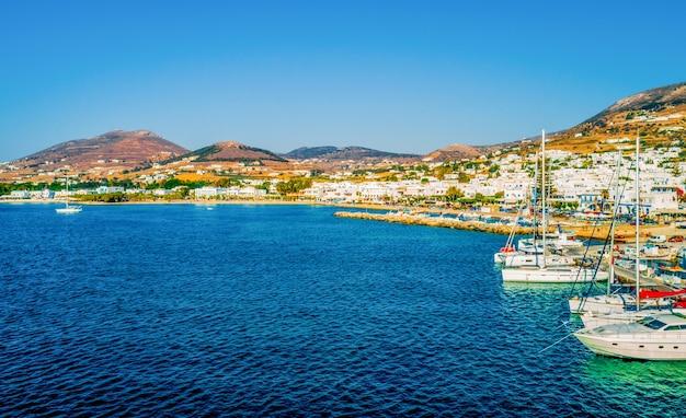 Bela vista de barcos a motor e iates na marina da ilha de paros, grécia