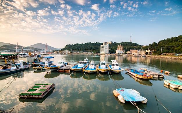 Bela vista de barcos de estacionamento na praia de yeosu, coréia do sul.