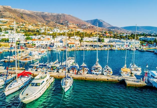 Bela vista de barcos e iates atracados na marina da ilha de paros, grécia
