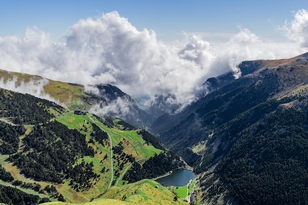 Bela vista de cima das nuvens de um vale