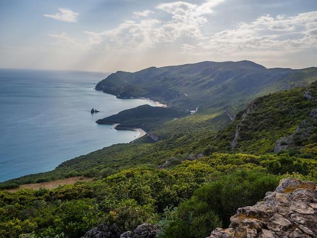 Bela vista de cima de colinas cobertas de florestas no parque natural da arrábida em casal, portugal