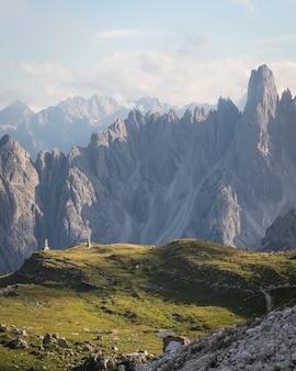 Bela vista de cima do parque natural three peaks em toblach, itália