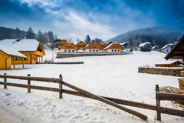 Bela vista de inverno da fazenda na montanha na cidade austríaca
