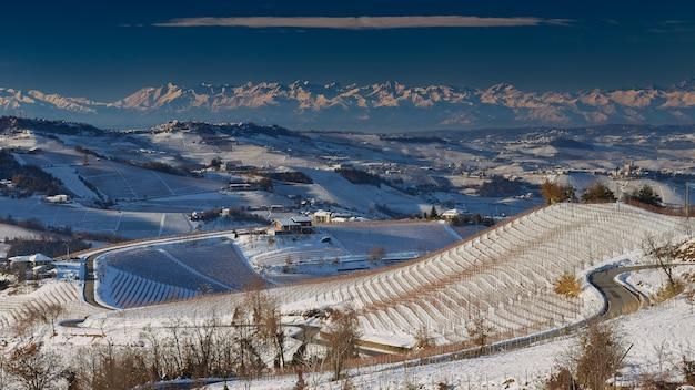 Bela vista de langhe piemonte, itália, coberta de neve