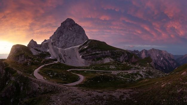Bela vista de mangart saddle, parque nacional de triglav, eslovênia ao pôr do sol
