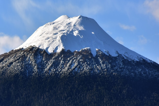 Bela vista de montanhas nevadas e rochas