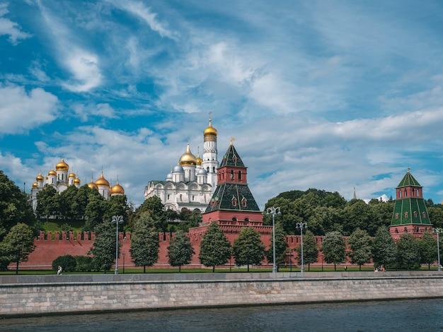 Bela vista de moscou. aterro do kremlin em um dia de verão. torres do kremlin de moscou. torre do sino de ivan, o grande. igrejas em moscou.