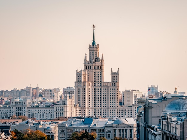 Bela vista de moscou. edifício residencial stalinista na margem do rio moscou. rússia.