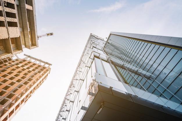 Bela vista de novos edifícios no local