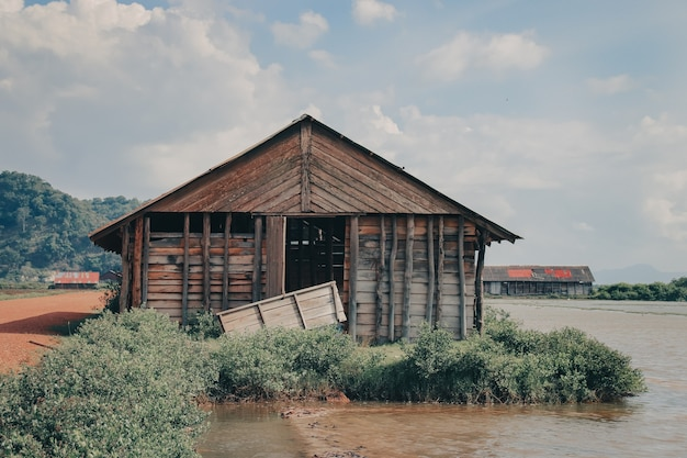 Bela vista de um antigo celeiro de madeira na zona rural perto do lago