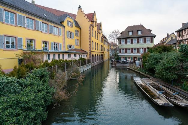 Bela vista de um canal com um barcos a remos em casas históricas