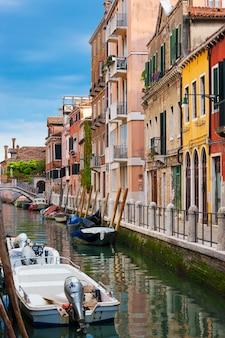 Bela vista de um canal em veneza, itália