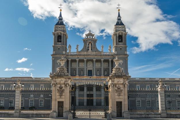 Bela vista de um famoso ponto turístico de madrid, na espanha catedral de la almudena