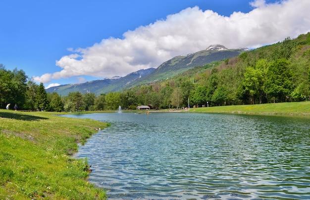 Bela vista de um lago em um parque de lazer do vale do tarentaise, nos alpes franceses