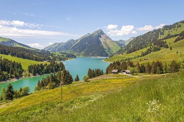 Bela vista de um lago rodeado por montanhas no lago longrin e na represa suíça, swissalps