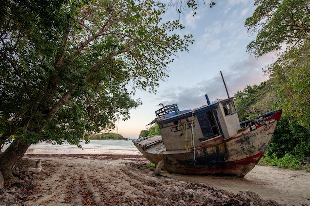 Bela vista de um navio abandonado deixado na costa