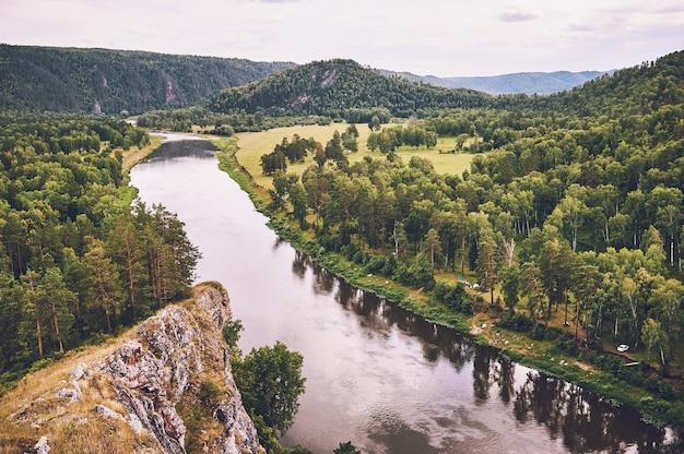 Bela vista de um rio de montanha