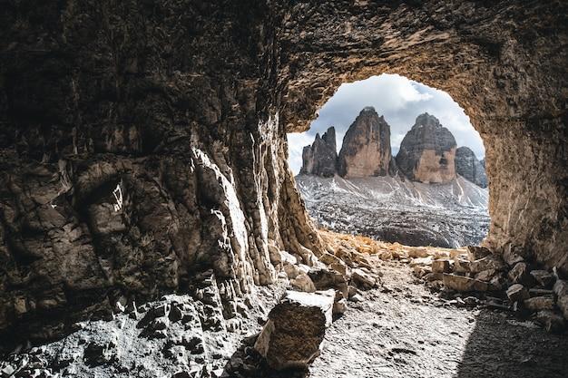 Bela vista de uma caverna com colinas durante o dia