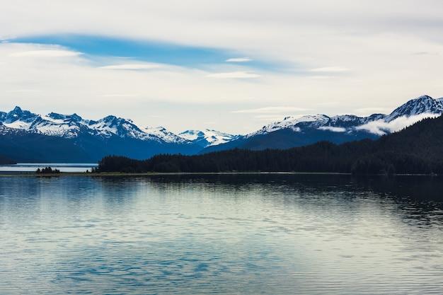 Bela vista de uma geleira em um lago cercado por montanhas no alasca