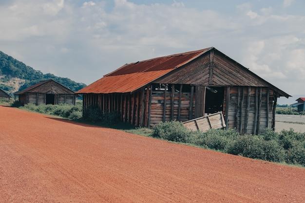 Bela vista de vários celeiros de madeira no campo