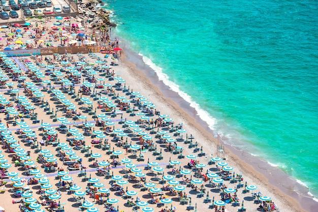 Bela vista de vietri sul mare, a primeira cidade na costa amalfitana, com o golfo de salerno, campania