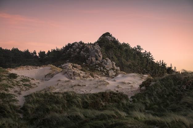 Bela vista de white mountain, espanha, sob o céu roxo