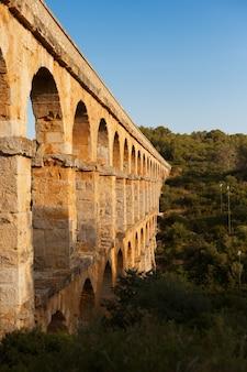 Bela vista do aqueduto romano pont del diable em tarragona ao pôr do sol
