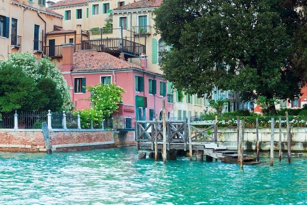Bela vista do canal veneziano de verão, veneza, itália