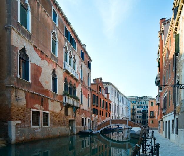 Bela vista do canal veneziano de verão (veneza, itália)