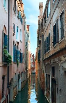 Bela vista do canal veneziano no verão (veneza, itália)