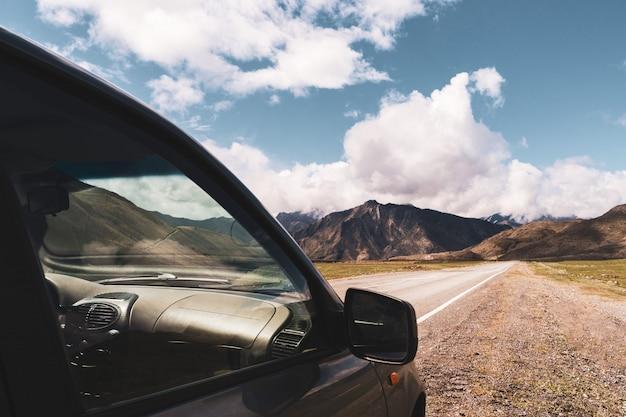 Bela vista do carro no fundo do vale da montanha de altai. paisagem de montanhas altai