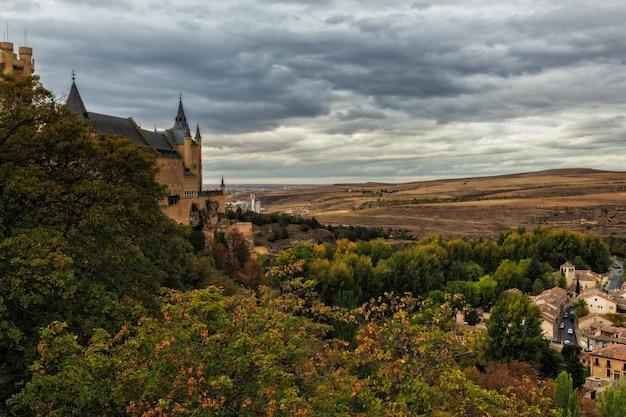 Bela vista do castelo alcázar em segóvia, espanha