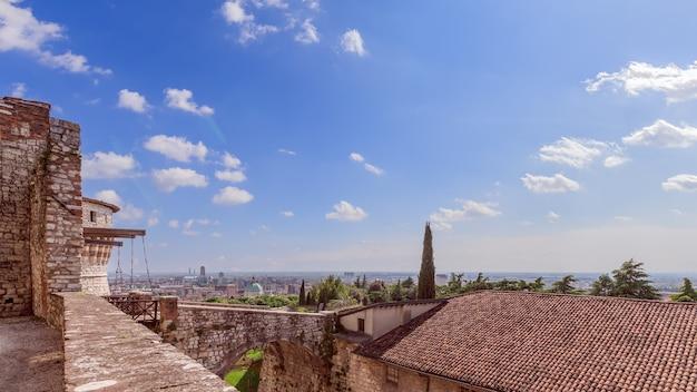 Bela vista do castelo até a ponte levadiça medieval na entrada da fortaleza e no centro da cidade. cidade de brescia. lombardia, itália