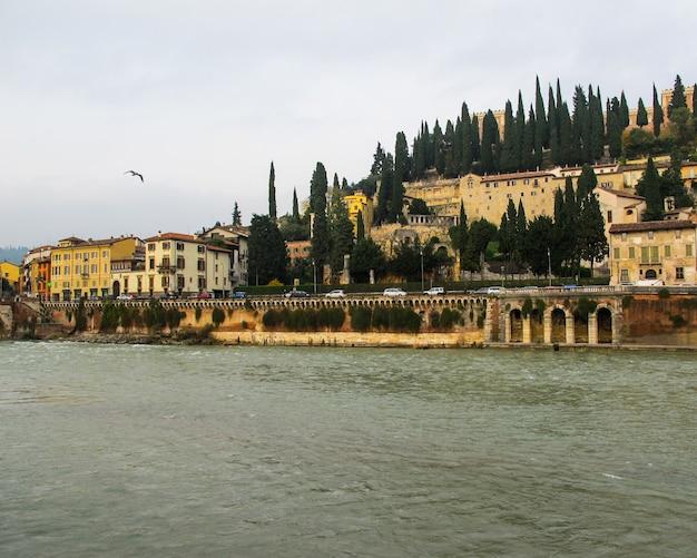 Bela vista do castelo de san pietro stpeters, do rio adige e da paisagem urbana de verona itália