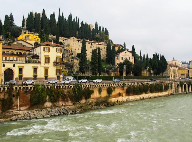 Bela vista do castelo san pietro stpeters castelo adige rio e paisagem urbana de verona itália