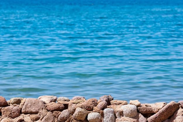 Bela vista do custo do mar contra o céu azul