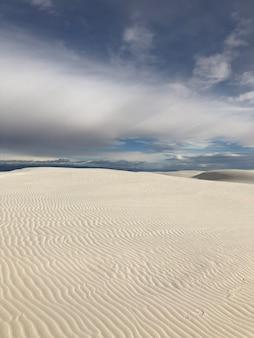 Bela vista do deserto coberto de areia varrida pelo vento no novo méxico