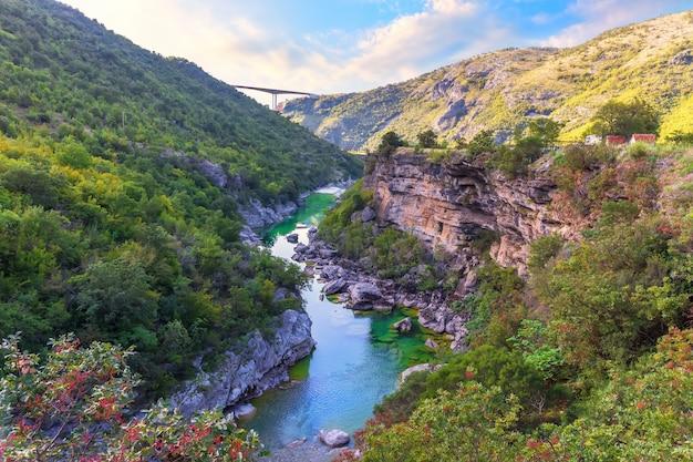 Bela vista do desfiladeiro do rio moracha, montenegro.