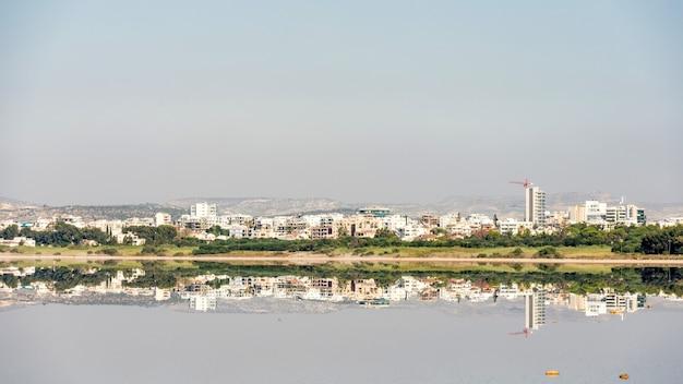 Bela vista do distrito do lago salgado de larnaca em chipre 2020