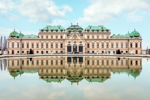 Bela vista do famoso palácio belvedere em viena, áustria.