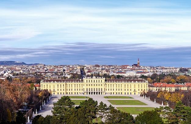 Bela vista do famoso palácio de schonbrunn com excelente jardim de parterre em viena áustria
